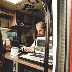 Wie geht eigentlich Arbeiten im Van?  Da wir das ja jetzt schon über 500 Tage machen haben wir euch in unserem Lexikon einen Eintrag dazu geschrieben gekoppelt mit ein paar Tipps und Tools.  Link in der Bio