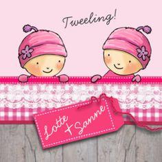 Geboortekaartje winter met tweeling meisjes met roze mutsen op vrolijk naar elkaar kijkend. Hip hout met roze geruite strook en kant. Op het labeltje staan de namen.