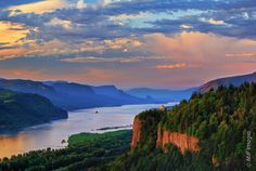 Columbia River Estuary | fading day illuminates colorful skies and the basalt cliffs at Crown ...