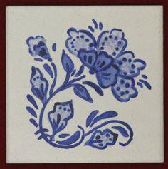 Mayólicas, de 10 x 10 cms, pintadas a mano con esmalte y horneadas.