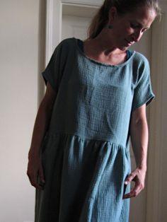 šaty+petrolejové+-+z+dvojité+gázoviny+Tyto+šaty+jsou+naprosto+pohodlné+a+dokonale+příjemné+na+dotek..pocit+v+nich+je+doslova+jako+v+bavlnce..+Jsou+z+materiálu,+který+si+natolik+oblíbíte,+že+je+snad+ani+nebudete+chtít+sundat;))+Barevně+nejblíže+petrolejové,+nicméně+opravdový+odstín+je+fotem+poměrně+náročné+zachytit..zkusím+vyfotit+ještě+zítra+za+lepších... Magnolia Pearl, Yohji Yamamoto, Robin, Short Sleeve Dresses, Dresses With Sleeves, Summer Dresses, Vintage, Natural, Fashion