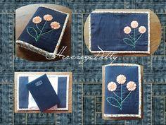A termék farmer és vászon felhasználásával készült. Filccel bélelt és kézzel hímzett. A virágok vágósablon segítségével filcből készültek. . A minta teljesen egyedi. Saját ötlet alapján készült.