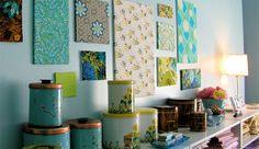 Es una opción que se ve cada vez más en los ambientes, y no me extraña: es muy moderna, fácil y barata. Estoy hablando de decorar paredes con lienzos entelados, creando composiciones como las de la...