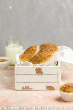 Muffins werden mit Buttermilch super saftig. Einfaches Rezept nach Cynthias Barcomi für Buttermilch-Muffins mit knuspriger Zucker-Zimt-Haube. Alles, was es dafür braucht, sind einige Vorräte. | Recipe for yummy muffins with buttermilk, apple juice and a crunchy topping made with sugar and cinnamon.