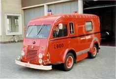 Oude ziekenwagen brandweer Veurne + FOTO - Hulpdienstenforum-Vlaanderen Fire Apparatus, Emergency Vehicles, Fire Dept, Fire Engine, Firefighters, Ambulance, Campervan, Fire Trucks, Ems