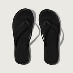 Abercrombie & Fitch Leather Flip Flops ($19) ❤ liked on Polyvore featuring shoes, sandals, flip flops, black, leather footwear, black leather flip flops, leather shoes, leather flip flops and black flip flops