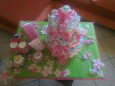 Baby shower gift: 1 diapercake con prodotti igene,1 lumaca asciugotta(telo doccia,telo viso)2 diaper cupcake,prodotti igene e profumatore ambiente,su prato fiorito