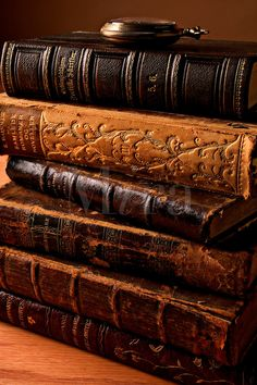Old books! Love old books! Old Books, Antique Books, Art Antique, Books Decor, Old Libraries, Bookstores, World Of Books, Leather Books, Book Aesthetic
