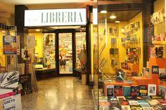 Este es el exterior de una librería. Se vende muchos libros diferentes.
