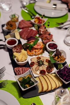 School trivia night done right! ✅ Platters for any occasion! Torte Rose, Brunch, Grazing Tables, Cupcakes, Cheese Platters, Snacks, Hotels, Trivia, Dinner