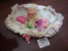 Kit de bonequinha e acessórios na bolsinha de tecido artesanal