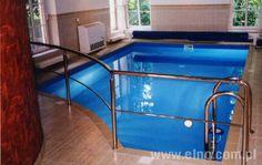 Basen wewnętrzny skimmerowy, wyłożony folią basenową. Do osuszania hali basenowej zastosowano ścienny osuszacz powietrza.