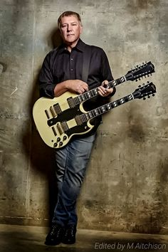 Alex Lifeson, another fantastic and underrated guitarist Music Pics, Music Stuff, Great Bands, Cool Bands, Rush Concert, A Farewell To Kings, Rush Band, Alex Lifeson, Neil Peart