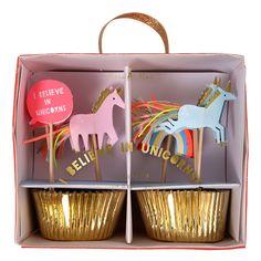 Fint cupcake kit fra Meri Meri indeholdende 24 muffinforme og 24 top-pynt med enhjørninge. Perfekt til at pifte fest- eller fødselsdagskagerne lidt