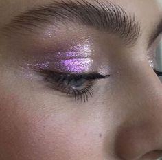 Niet te perfecte oogschaduwe met de typische 3 kleuren; eerder spelen met verschillende shiny texturen en deze niet te proper aanbrengen