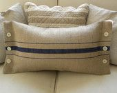 Burlap stripe with buttons--this would be cute using drop cloth for the pillow's fabric! Burlap Sacks, Burlap Pillows, Sewing Pillows, Decorative Pillows, Throw Pillows, Burlap Projects, Burlap Crafts, Sewing Projects, Diy Cushion