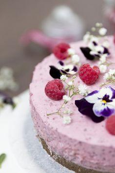 Healthy rawcake with raspberries, coconut and banana. Recipe on my blog, www.skonamorgon.wordpress.com