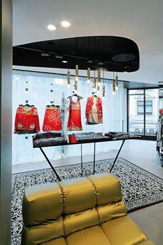 Mono 40 is used to display apparel. Retail, Display, Floor Space, Billboard, Sleeve, Retail Merchandising