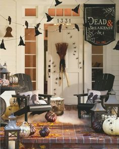 Such a cute halloween porch!