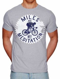 Een t-shirt voor fietsende kilometervreters! Kilometers maken op de fiets is een vorm van meditatie die de geest bevrijdt en de ziel voedt. Je stapt fysiek uitgeput, maar geestelijk versterkt weer van je fiets.