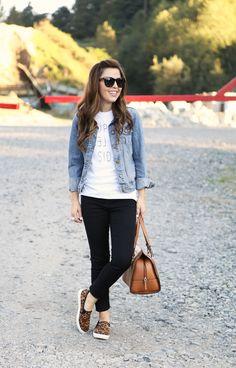 Graphic tee, black denim, light denim jacket, leopard shoes | Dress Corilynn