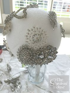 Brooch Attaching Brooches to make a Brooch Bouquet - How to Make a Beautiful Brooch Bouquet Brooch Bouquet Tutorial, Wedding Brooch Bouquets, Diy Bouquet, Bride Bouquets, Purple Bouquets, Bridesmaid Bouquets, Flower Bouquets, Peonies Bouquet, Wedding Crafts