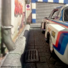 BMW 3.5 CSL (Fly) in Diorama Cobblestone Street #alotslot #slotcar #diorama #scalextric #carrera #fly #dtm #bmw #gt #oldcar #motorsports #rally #cobblestone #street #adoquines #calle #sun #sol #racing #tuning