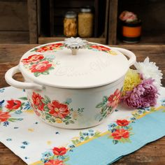 The Pioneer Woman Vintage Floral 3 Quart Dutch Oven Casserole Dining Dish Pioneer Woman Dishes, Pioneer Woman Kitchen, Pioneer Women, Cast Iron Casserole Dish, Casserole Dishes, Everyday Dishes, Baking Set, Ree Drummond, Timeless Beauty