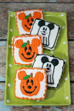 Mickey Inspired Halloween Cookies Ghost and pumpkin cookies Mickey Halloween, Halloween Cookies, Easy Halloween, Halloween Treats, Halloween Party, Halloween Decorations, Halloween Stuff, Disney Cookies, Candy Recipes