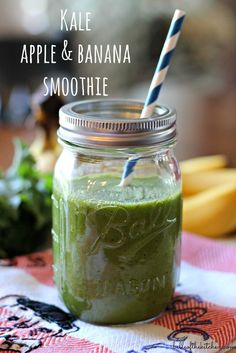 Kale, Apple, and Banana Smoothie – the perfect healthy breakfast or snack, and so easy to blend together! If you think you don't like green smoothies, this one will change your mind! Smoothies Banane, Apple Smoothies, Healthy Smoothies, Healthy Drinks, Healthy Recipes, Green Smoothies, Kale Recipes, Top Recipes, Kale Smoothie Recipes