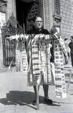 Las vendedoras de aleluyas y carracas eran otro de los personajes habituales en los días de Semana Santa, como ésta que retrató Campúa a la puerta de la Iglesia de las Calatravas el 9 de abril de 1952