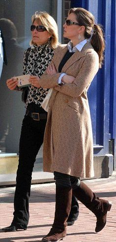 April 4th, 2007 - Kate was photographed out in Dublin shopping with her mother, Carole.