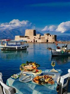 Nafplio, dining feet in the water!oiamansion in Santorini. Santorini, Mykonos Greece, Crete Greece, Athens Greece, Meteora Klöster, Dream Vacations, Vacation Spots, Places To Travel, Places To See