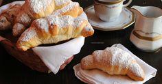 I cornetti semplici di brioche sono preparati con un impasto con poco burro e senza sfogliatura! Un dolce facile e soffice da farcire con ripieno a piacere per colazioni e spuntini golosi.