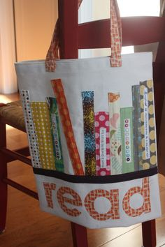Sewing Bags Project This cute library bag would add some pizazz to a trip to the library! Fabric Crafts, Sewing Crafts, Sewing Projects, Patchwork Bags, Quilted Bag, Patchwork Patterns, Patchwork Designs, Diy Sac Pochette, Library Bag