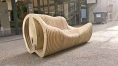 Etudiants en 4ème année d'architecture à l'ENSA Lyon, Laura Vidal-Alvarez, Bastien Moulin, Alex Perret et Ugo Ribeiro ont conçu ce banc en bois aux courbes organiques.