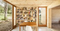 Bookshelf in the cabin / 大きな作り付け本棚のある森の中のパッシブハウス