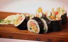 Geneviève Everell cuisine sa recette de maki trio de la mer avec du saumon, du thon et des crevettes tempura.