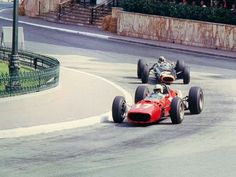 1966 Monaco GP, Monte Carlo : John Surtees (Ferrari 312) followed by the winner Jackie Stewart (BRM P261). (ph: twitter.com)