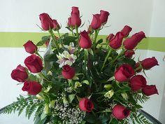 Floreria en cancun, cancun flowershop, cancun florists, cancun flower decor, 36 red roses in basket. ventas@floreriazazil.com www.floreriazazil.com Tel. 01 998 2061951