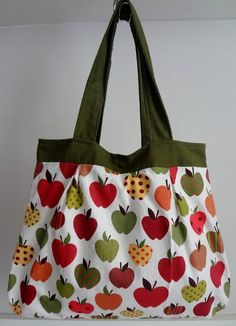 Bolsa estampa maçã com alça e pala verde musgo, bolso interno e fecho de imã.