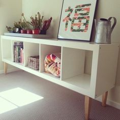 Ikea hack: expedit bookcase with staibed legs from Bunnings makes for a lovely low shelf. Zwei davon, Rücken an Rücken und eine Holz / Glas Platte darauf