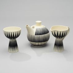 TEKANNA GRÄDDKANNA OCH SOCKERSKÅL. Kupittaan Savi, 1960-tal. Svart och vitt glaserad keramik. Signerade OL(Orvokki Laine)/NP(Nuppe Pulkkinen), LL(Linnea Lehtonen)/EG, OL/LK, Made in Finland. Höjd 13,5-15 cm. Nordic Design, Mid Century Style, Glazed Ceramic, Vintage Ceramic, Sugar Bowl, Scandinavian Design, Finland, Tea Pots, Vaser