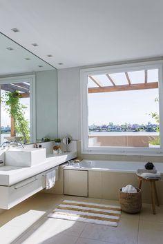 Baño clásico y moderno en una casa de Nordelta, en base neutra de blanco, crudo y madera y gran ventanal al río. Soho, Bath Time, Alcove, Ideas Para, Bathtub, Bathroom, Tips, New Houses, Mirrors For Bathrooms