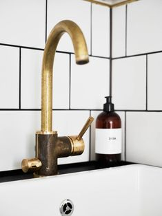 Stadshem - Blandare i mässing från Tapwell Bathroom Inspiration, Kitchen Inspirations, Kitchen Style, Retro Kitchen, Kitchen Plans, Home Kitchens, Interior, Dream Bathrooms, Kitchen Taps