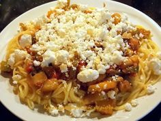 Καλοκαιρινή μακαρονάδα με τα όλα της!    Η σάλτσα αυτής της μακαρονάδας είναι ένα νόστιμο τουρλού λαχανικών, ένα ratatouille που θα έλεγαν οι Γάλλοι , μια caponata που θα έλεγαν οι Ιταλοί. Υποθέτω ότι αντίστοιχα πιάτα θα έχουν και οι Ισπανοί και οι Πορτογάλοι αλλά δεν γνωρίζω τις … Greek Recipes, Pasta Dishes, Macaroni And Cheese, Noodles, Spaghetti, Soup, Tasty, Favorite Recipes, Healthy Recipes