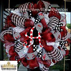 Deco Mesh Alabama Fan Wreath with Houndstooth by lilmaddydesigns Alabama Football Wreath, Alabama Wreaths, Summer Wreath, 4th Of July Wreath, Valentine Decorations, Christmas Decorations, Christmas Ideas, Alabama Decor, Diy Wreath
