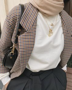 Stylish Hijab, Casual Hijab Outfit, Casual Winter Outfits, Muslim Women Fashion, Modest Fashion, Fashion Outfits, Street Hijab Fashion, Batik Fashion, Outfit Look