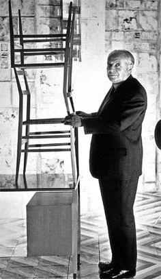 Gio Ponti con due sedie Superleggera, di Cassina. I primi prototipi risalgono al 1950. La versione definitiva è del '55