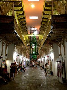 Casa da Cultura (Recife) - E o grande centro de arte popular do estado. O centenario predio em estilo frances funcionava antigamente como um presidio da cidade. Hoje, reune cultura, artesanato e comidas tipicas. Visite !